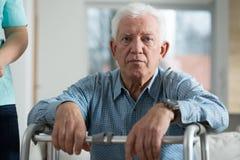 Zmartwiony niepełnosprawny starszy mężczyzna Obrazy Stock