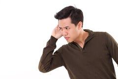 Zmartwiony, nieszczęśliwy, nerwowy mężczyzna słucha zła wiadomość, studio strzał obrazy stock
