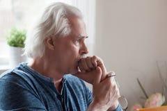 Zmartwiony poważny starszego mężczyzna przyglądający oddalony czuciowy niespokojny o pr obraz royalty free