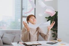 Zmartwiony przedsiębiorcy działanie, czytanie i list z złą wiadomością Zdjęcia Stock