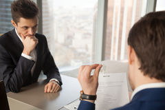Zmartwiony unhired kandydat do pracy czuć nerwowy podczas gdy pracodawca rev zdjęcie stock