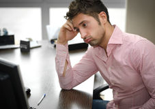 Zmęczony lub sfrustowany urzędnik patrzeje ekran komputerowego Zdjęcie Royalty Free