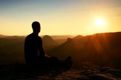 Zmęczony wycieczkowicz bierze odpoczynek w naturze Halny szczyt nad las w dolinie Podróżować w Europejskich naturalnych parkach Zdjęcia Royalty Free