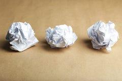 Zmięta papierowa piłka na brown tle Zdjęcie Stock