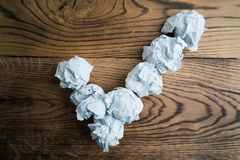 Zmięte papierowe piłki tworzy checkmark zdjęcie stock