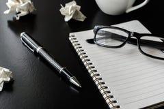 Zmięte papierowe piłki z oko notatnikiem i szkłami Zdjęcie Royalty Free