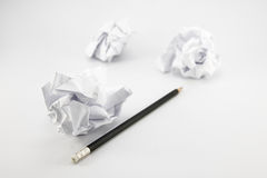 Zmięty papier, czarny ołówek zdjęcie stock