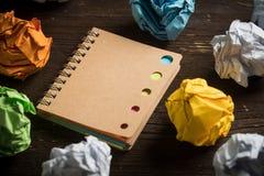 Zmięty papier i notatnik obraz stock