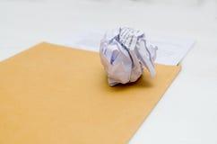 Zmięty papier w ręce Fotografia Royalty Free