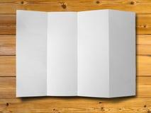 zmięty papierowy drewno fotografia stock
