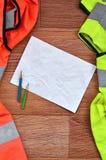 Zmięty prześcieradło papier z dwa ołówkami otaczającymi zielonymi i pomarańczowymi działanie mundurami Wciąż życie kojarzący z na Obraz Royalty Free