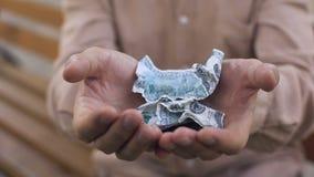 Zmiętych dolarowych banknotów stare męskie ręki, kryzys finansowy, pieniądze dewaluacja zdjęcie wideo