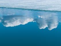 Zmian klimatu błękitna arktyczna woda odbijać chmury Obrazy Royalty Free