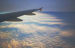Zmiana dzień i noc w locie nad chmury w samolocie przy wysokością Fotografia Royalty Free