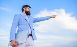 zmiana kursu Szukać sposobności i nowe szansy Rozwija biznesowy kierunek Mężczyzny kostiumu formalny kierownik fotografia royalty free