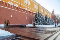 Zmiana strażnik przy grobowem niewiadomy żołnierz blisko Kremlowskiej ściany Zdjęcia Stock