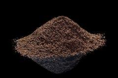 Zmielona kawa z odbiciem na czarnym odosobnionym tle obrazy stock