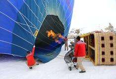 Zmielona załoga pochodnia płomień i ogrzewa up balon nadymać obrazy stock