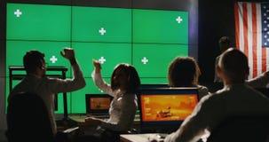 Zmielona załogi odświętność w kontrolnym pokoju zdjęcie wideo