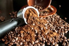 Zmielone kawowe i kawowe fasole Obrazy Stock