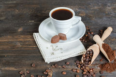 Zmielone kawowe i kawowe fasole w drewnianym pucharze zdjęcia stock