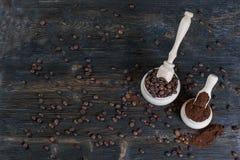 Zmielone kawowe i kawowe fasole w drewnianym pucharze obrazy stock