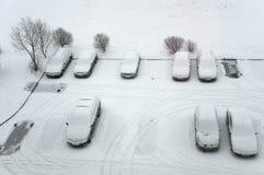 Zmieloni parking samochody po opadu śniegu, widok od above fotografia stock