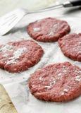 Zmieloni wołowina hamburgery obraz stock