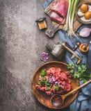 Zmielony mięsny farszu przygotowanie na kuchennego stołu tle z mięsem, siły mięsem, maszynka do mięsa i łyżką, odgórny widok Goto Obrazy Stock