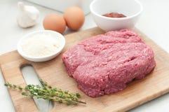 Zmielony mięso dla meatloaf z innymi składnikami obraz stock