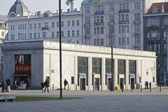 Zmielony pawilon dla podróżników stacja kolejowa Fotografia Royalty Free