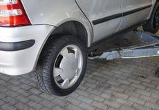 Zmieniać samochodową oponę w auto remontowym sklepie fotografia royalty free