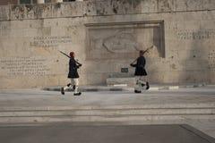 Zmieniać strażnika przy grobowem Niewiadomy żołnierz w Athenes Zdjęcie Royalty Free