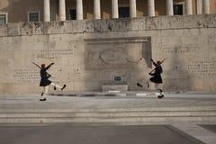Zmieniać strażnika przy grobowem Niewiadomy żołnierz w Athenes Zdjęcia Royalty Free