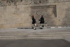 Zmieniać strażnika przy grobowem Niewiadomy żołnierz w Athenes Obrazy Royalty Free