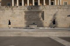 Zmieniać strażnika przy grobowem Niewiadomy żołnierz w Athenes Fotografia Stock