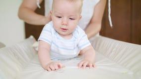 Zmieniający swaddling odziewa dla dziecka w domu zdjęcie wideo