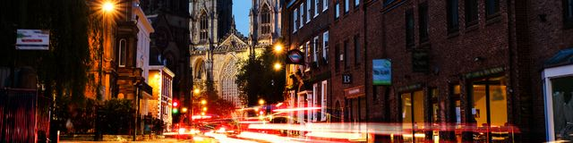 Zmierzch środkowy Jork, UK, z Jork ministra katedrą na plecy Samochodowego ruchu drogowego ślad zaświeca w Jork, UK Zdjęcia Royalty Free