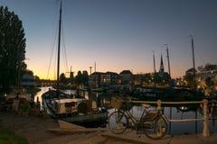 Zmierzch barwi nad starym schronieniem Gouda w Holandia zdjęcia royalty free