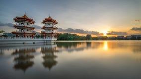 Zmierzch bliźniacze wieże, chińczyka ogród Obrazy Royalty Free