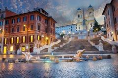 Zmierzch blisko hiszpańszczyzna kroków i Fontana della Barcaccia w piazza Di Spagna, Rzym, Włochy zdjęcie royalty free