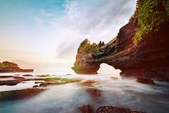 Zmierzch blisko s?awnego turystycznego punktu zwrotnego Bali wyspa obrazy stock