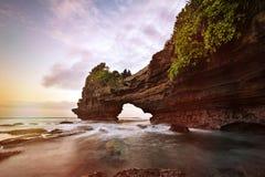 Zmierzch blisko s?awnego turystycznego punktu zwrotnego Bali wyspa fotografia royalty free