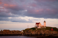 Zmierzch Chmurnieje Nad Nubble latarnią morską w Maine Zdjęcia Stock