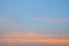 Zmierzch Chmurnieje w niebieskiego nieba tle Zdjęcia Royalty Free
