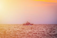 Zmierzch i łódź zdjęcie royalty free