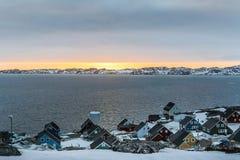 Zmierzch i kolorowi arktyczni domy przy Nuuk fjord, Zdjęcia Stock