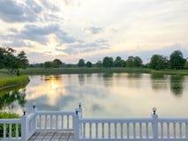 Zmierzch i piękny niebo przy stawową naturą Zdjęcie Royalty Free
