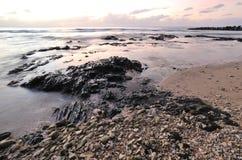 Zmierzch i skalista plaża Zdjęcia Royalty Free