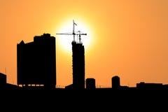 Zmierzch i sylwetki budowy miasto Obrazy Royalty Free